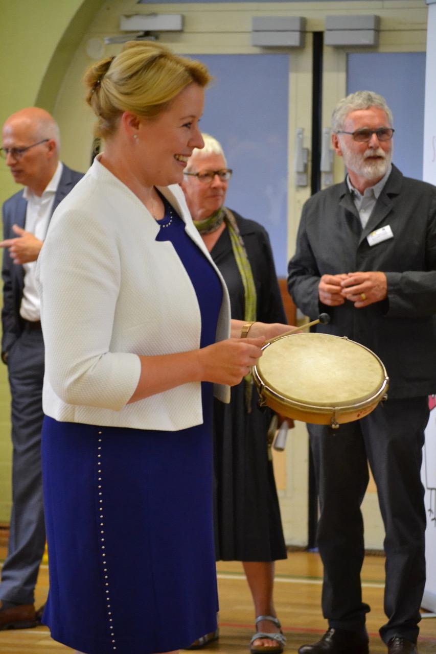 Ministerin Giffey in Aktion mit Kindern der Kita Sonnenschein_copyright Paritaetischer